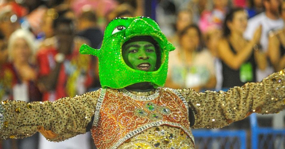 17.fev.2015 - O segundo casal de mestre-sala e porta-bandeira, formado por Shayene e Rodrigo, desfilou com fantasias dos personagens Shrek e Fiona.