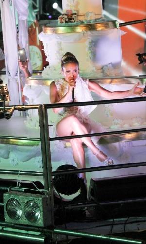 17.fev.2015 - Para sua apresentação em Salvador na terça-feira (17), Claudia Leitte escolheu uma fantasia de noiva. Um bolo de noiva decorou o trio Largadinho