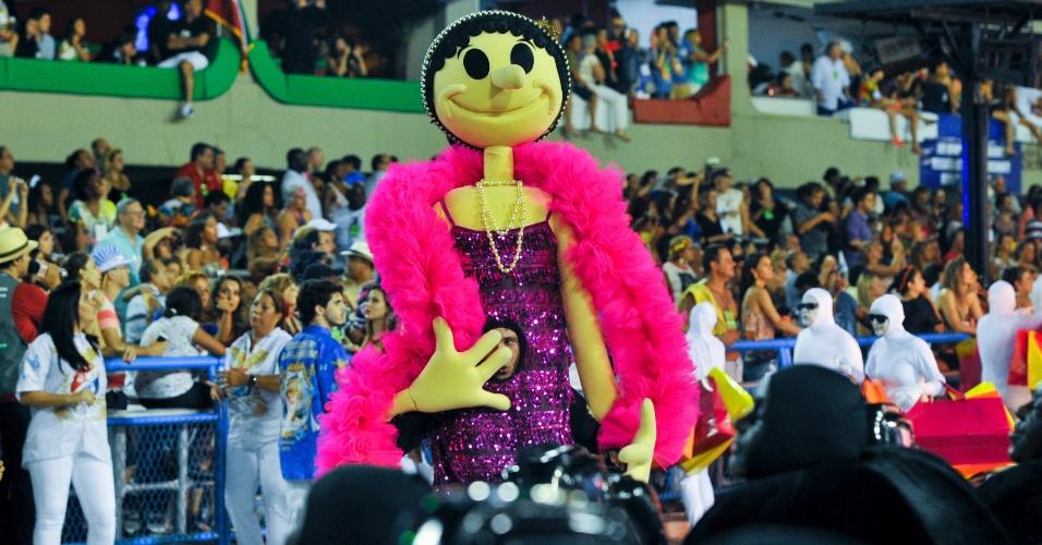 17.fev.2015 - Passistas que representavam a personagem Olívia Palito percorreram a Sapucaí.