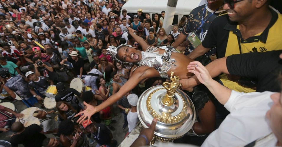 17.fev.2015 - Público comemora a vitória da Vai-Vai no Carnaval de 2015 de São Paulo