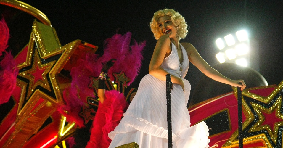 17.fev.2015 - Marilyn Monroe acena para o público da Sapucaí