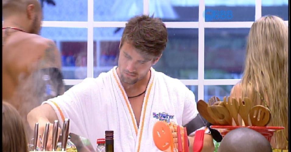 17.fev.2015 - Rafael se irrita com Mariza ao ver feijão derramar da panela no fogão