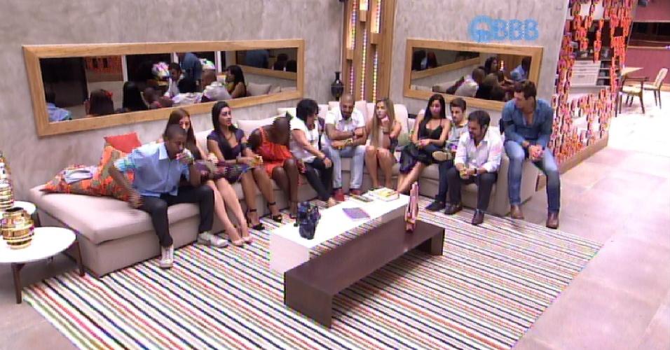 17.fev.2015 - Reunidos na sala, os brothers esperam o primeiro contato de Bial