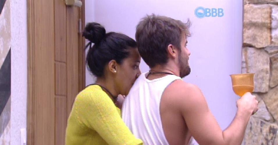 """17.fev.2015 - Talita faz carinho em Rafael ainda no quarto do líder após a sessão de cinema no """"BBB15"""""""