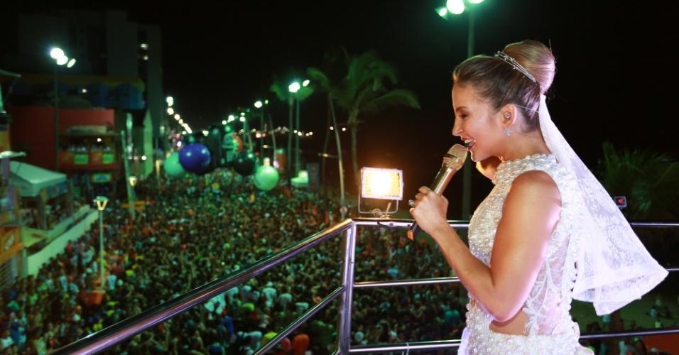 17.fev.2015 - Vestida de noiva, Claudia Leitte comanda trio no circuito Barra-Ondina em Salvador