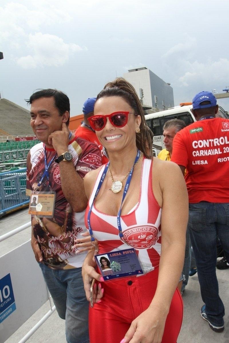 18.fev.2015 - A rainha de bateria do Salgueiro, Viviane Araújo, compareceu ao sambódromo do Rio de Janeiro para acompanhar a apuração do Carnaval de 2015