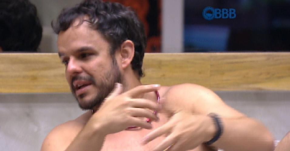 18.fev.2015 - Adrilles analisa o comportamento de Fernando após a saída de Aline