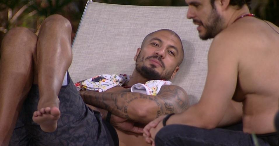 """18.fev.2015 - Ainda sem entender a eliminação de Aline, Fernando desabafa com Adrilles: """"Não sei de nada, estou fazendo tudo errado aqui"""""""