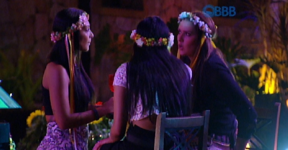 18.fev.2015 - Amanda, Tamires e Talita criticam o afastamento de Angélica