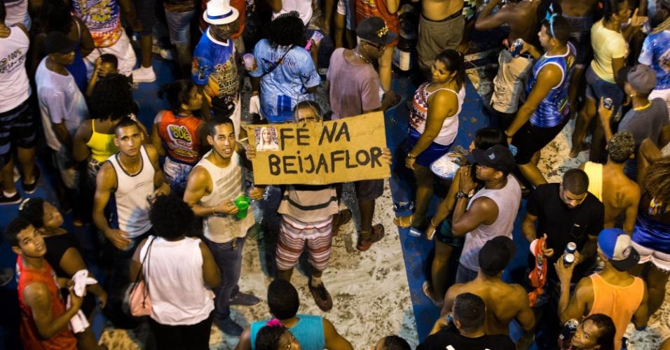 18.fev.2015 - Comunidade de Nilópolis comemora título da Beija-Flor no Carnaval 2015
