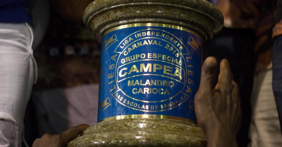 18.fev.2015 - Detalhe da taça 'Malandro Carioca', que vale o título do Carnaval, conquistada pela Beija-Flor