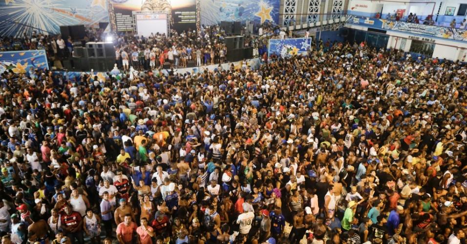 18.fev.2015 -  Foliões lotam a quadra da Beija-Flor para comemorar o título de campeã do Carnaval carioca 2015