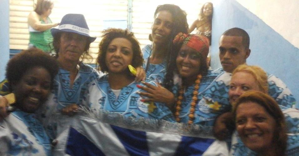 18.fev.2015 - Integrantes da comunidade de Nilópolis comemoram o título de campeã na quadra da Beija-Flor