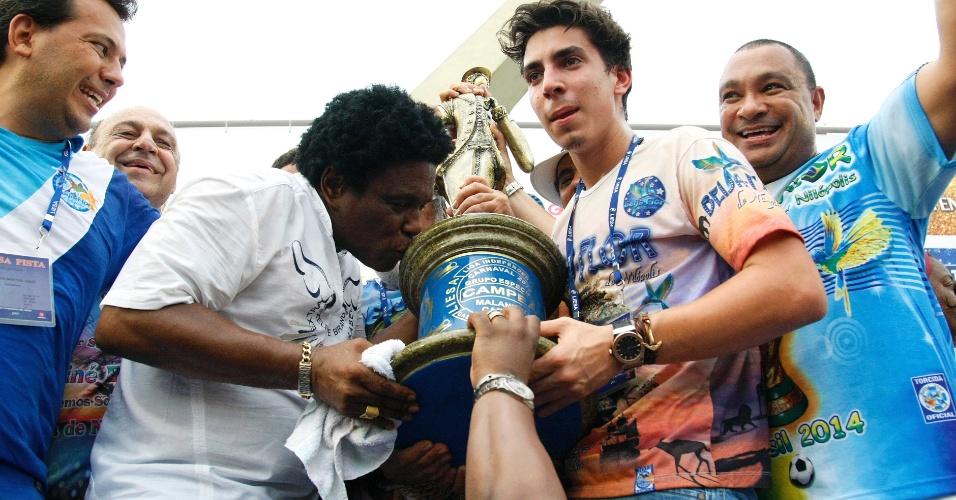 18.fev.2015 - Neguinho da Beija-Flor comemora o título da escola de samba no Carnaval carioca