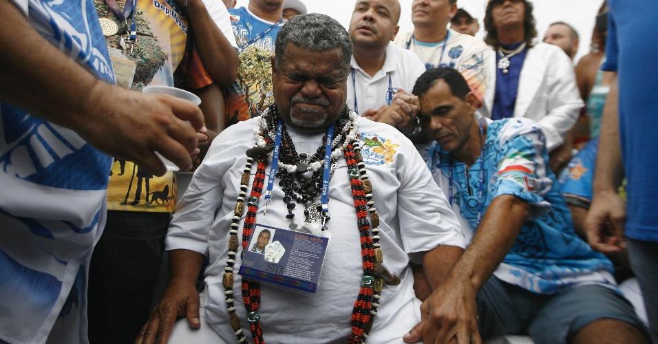 18.fev.2015 - O diretor de Carnaval, Laíla, e integrantes da Beija-Flor, comemoram a vitória da escola no Carnaval carioca de 2015