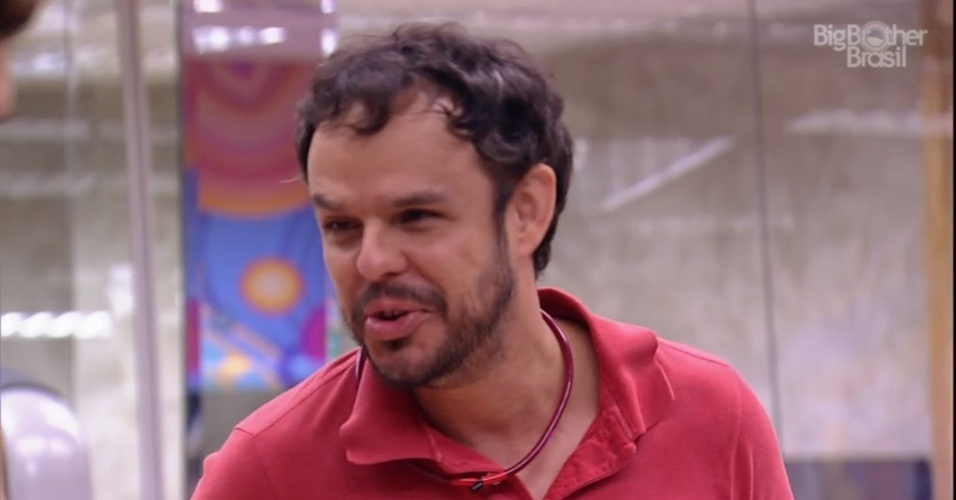 """18.fev.2015 - O papo entre Cézar e Adrilles continua na academia e o estudante de Direito opina sobre Amanda e Fernando: """"Sabe o que vai acontecer agora? Eles vão ficar juntos"""