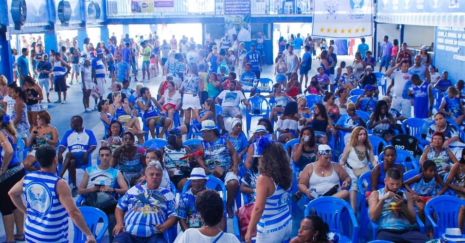 18.fev.2015 - Populares acompanham a apuração do Grupo Especial do Carnaval 2015, quadra da escola de samba Portela, no Rio de Janeiro (RJ), nesta quarta-feira (18). Faixas foram penduradas nas paredes da sede da escola.