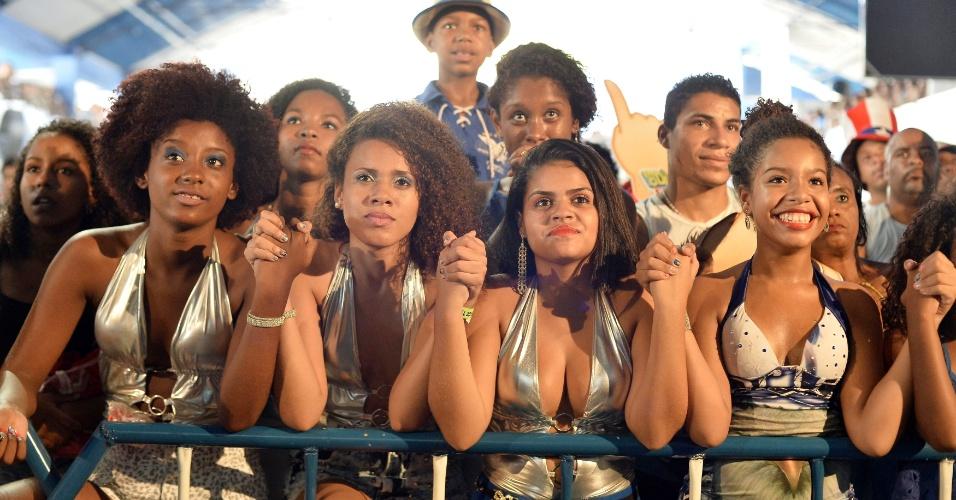 18.fev.2015 - Público acompanha a apuração das notas do Carnaval do Rio de Janeiro na quadra da Portela