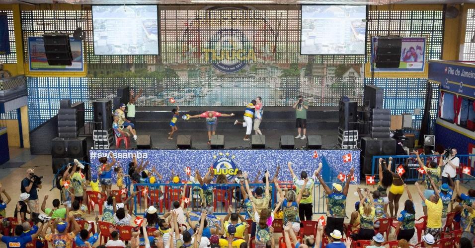 18.fev.2015 - Público acompanha a apuração das notas do Carnaval do Rio de Janeiro na quadra do Unidos da Tijuca