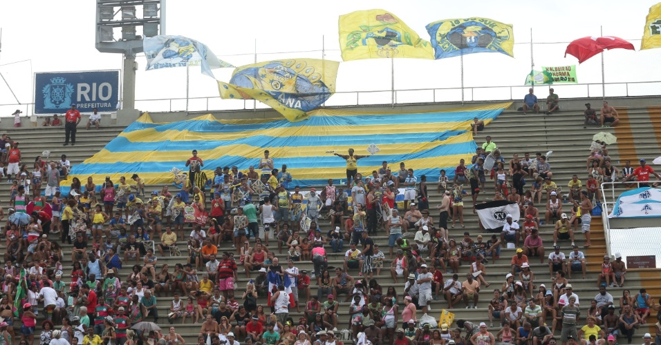 18.fev.2015 - Público acompanha a apuração do Carnaval do Rio de Janeiro na Marques de Sapucaí