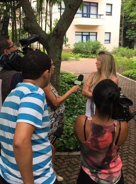 """18.fev.2015 - Quarta eliminada do """"BBB15"""", Aline dá entrevista para o Multishow, canal da Rede Globo, ainda no Projac, após sua participação no programa Mais Você"""