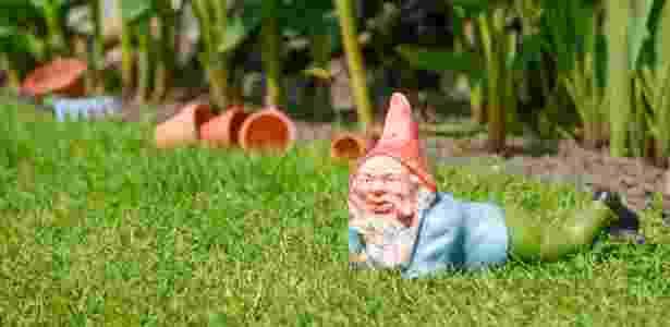 Anões de jardim são objetos clássicos da decoração kitsch: divertidos e