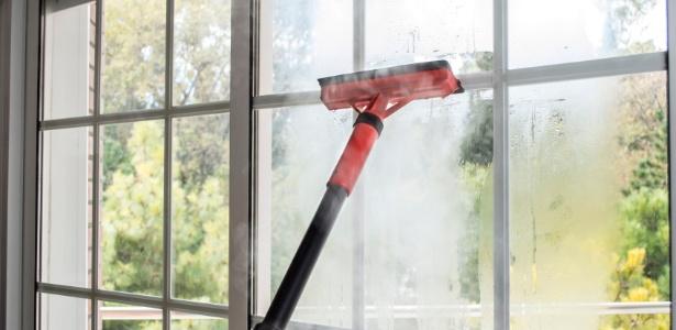 Limpar vidraças pode ser mais fácil com o uso de máquinas higienizadoras a vapor - Getty Images