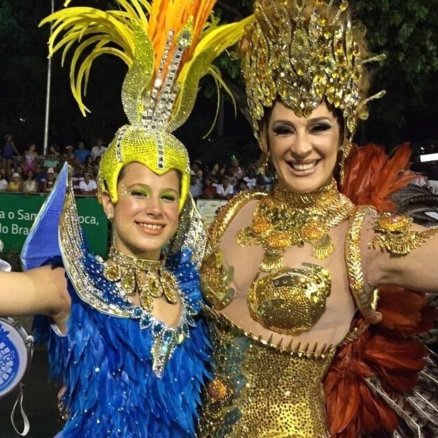 19.fev.2015- Um dia após a conquista do 13º título da Beija-Flor no Carnaval do Rio de Janeiro,Claudia Raia fez uma homenagem a sua escola de samba. A atriz postou uma foto ao lado da filha Sophie, de 12 ano, no seu Instagram e escreveu na legend: