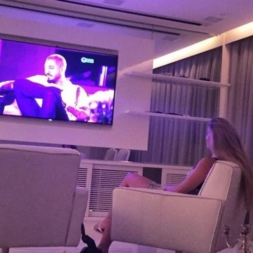 """19.fev-2015 - Eliminada do """"BBB15"""", Aline assiste seu amado Fernando na casa"""