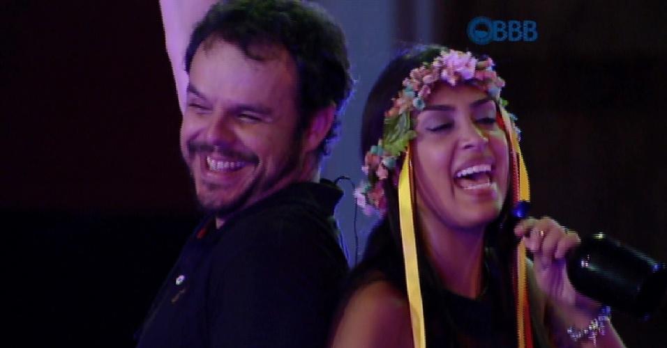 19.fev.2015 - Adrilles e Amanda fazem dueto em algumas músicas durante a Festa Noite Alemã
