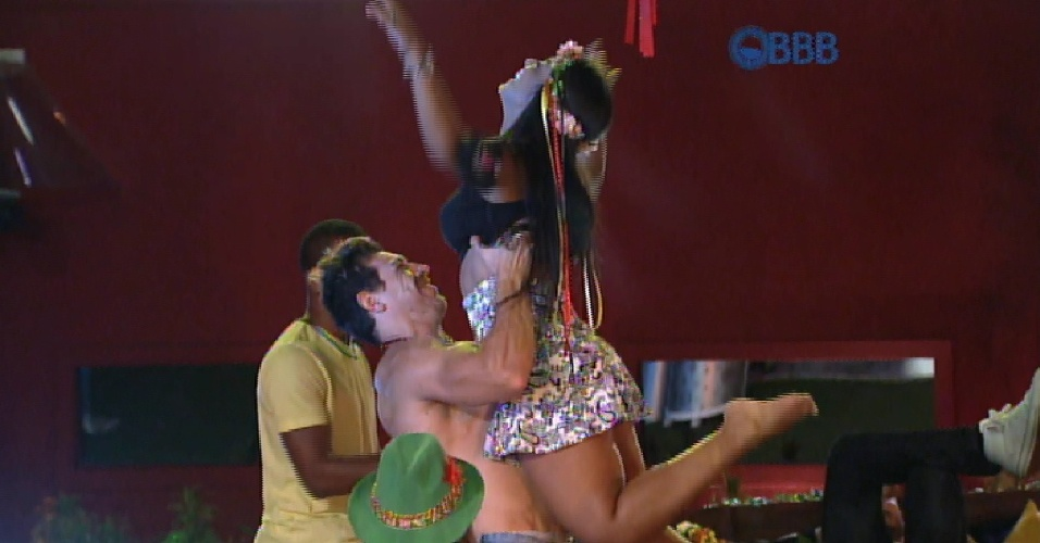 19.fev.2015 - Após Adrilles não conseguir carregar, Cézar carrega Amanda durante performance na pista