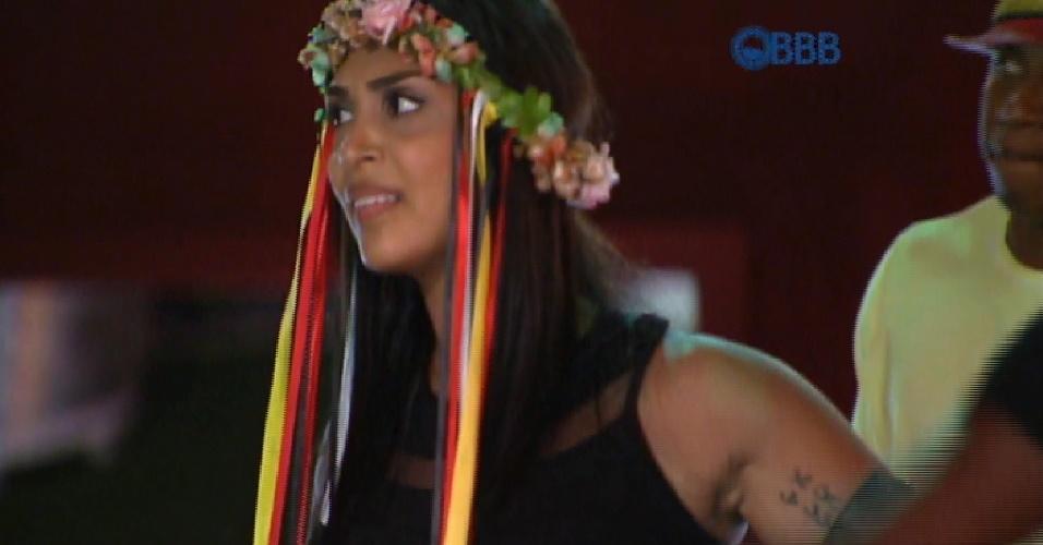 19.fev.2015 - Após permanecer na casa após ficar emparedada, Amanda aproveita a Festa Noite Alemã e dança ao som de funk