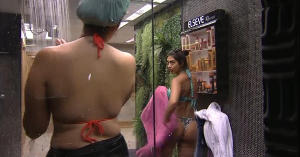19.fev.2015 - De biquíni, Tamires e Amanda tomam banho juntas no