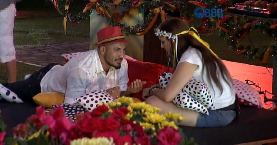 19.fev.2015 - Fernando e Tamires conversam durante a festa e a dentista dispara: ?Graças a Deus alguém que me entenda?, quando os brothers falaram de votos