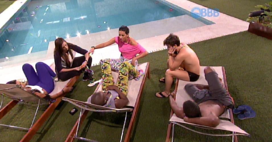 """19.fev.2015 - Próximos à piscina, brothers criticam Adrilles e Mariza. Amanda diz que o poeta é """"uma nuvem negra"""" e alega: """"Onde ele paira, começa a discussão"""""""