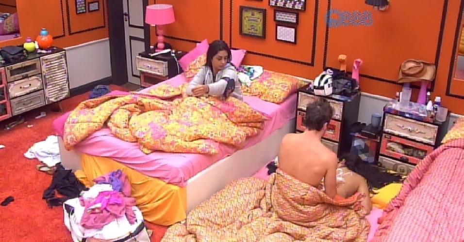 19.fev.2015 - Sem se importar com Amanda ao lado, Rafael tira o sutiã de Talita e faz massagem com creme na sister, que fica de bruços no Quarto Laranja