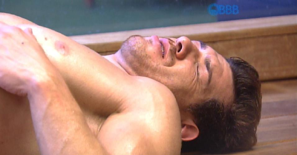 """19.fev.2015 - Sozinho enquanto relaxa na sauna, Cézar reflete sobre a prova do líder desta quinta e diz: """"Eu vou ganhar essa prova, se Deus quiser"""""""