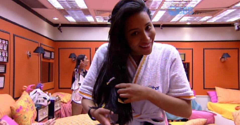 19.fev.2015 - Talita aparece com pacote de preservativo no cabelo e vira motivo de piada no quarto laranja