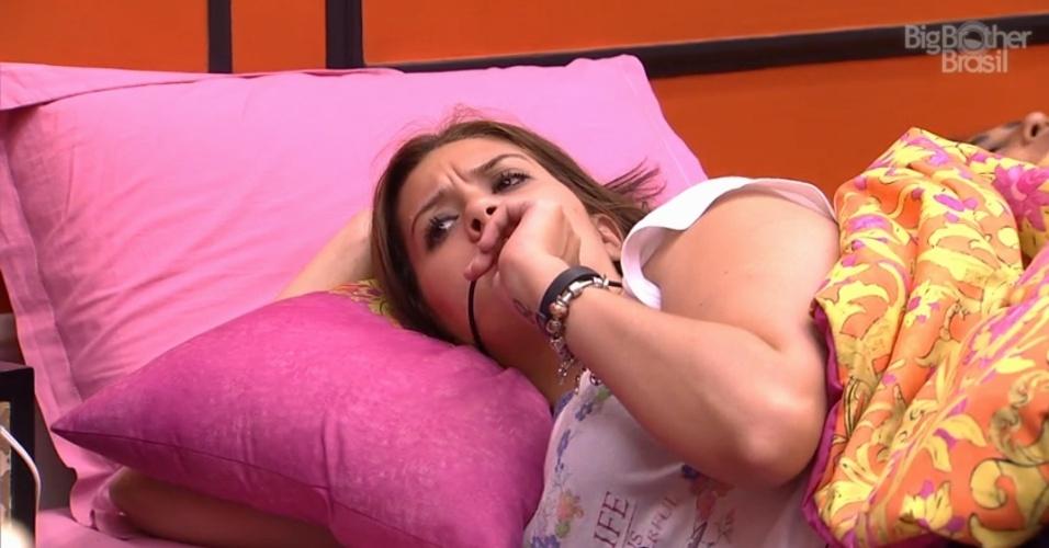 """19.fev.2015 - Tamires reclama do despertador do """"BBB15"""", que sempre acorda os brothers de forma bastante ruidosa. """"Levei um susto, dei um pulo"""", comenta a sister"""