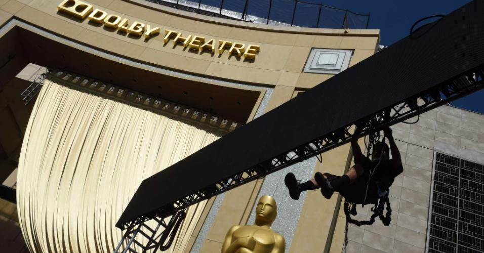 18.fev.2015 - Operários fazem os ajustes finais do tapete vermelho na área externa do Dolby Theatre, em Hollywood, durante os preparativos para o Oscar 2015