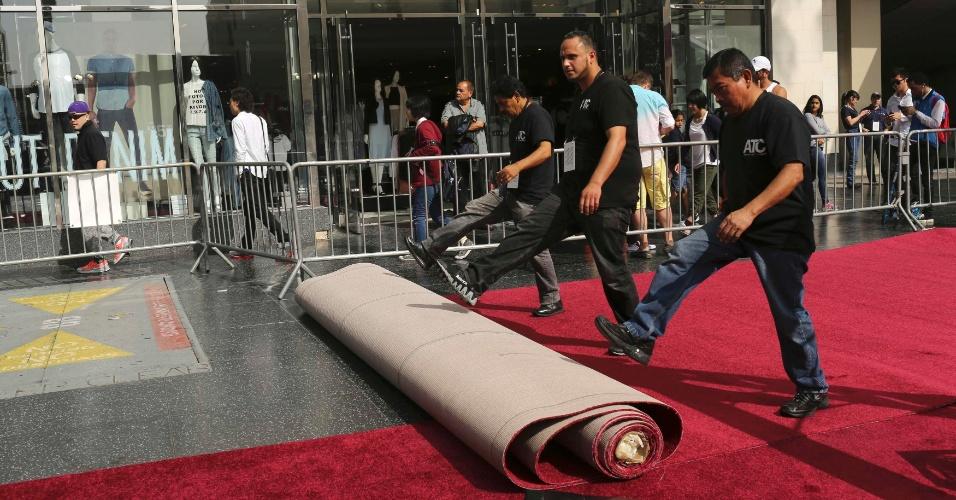 19.fev.2015 - Operários desenrolam o tapete vermelho do lado de fora do Dolby Theatre, na Hollywood Boulevard. O local recebe as maiores estrelas do cinema durante a cerimônia do Oscar 2015, neste domingo (22)
