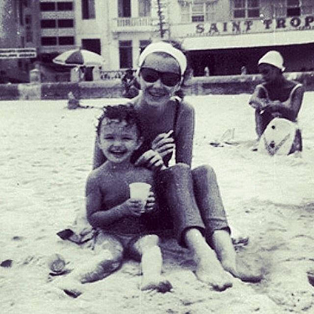 20.fev.2015 - A atriz Julia Lemmertz revirou o baú e encontrou uma foto de sua infância, ao lado da mãe, a também atriz Lilian Lemmertz