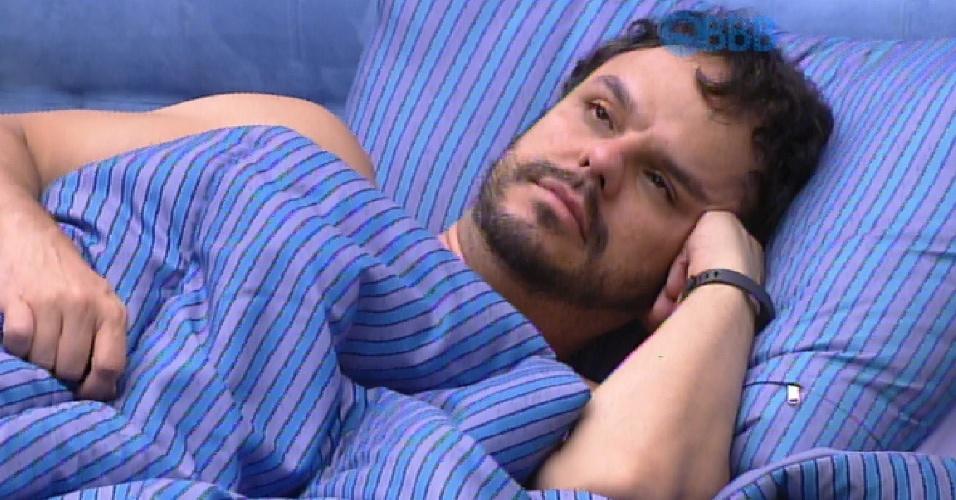 20.fev.2015 - Adrilles permanece pensativo na cama