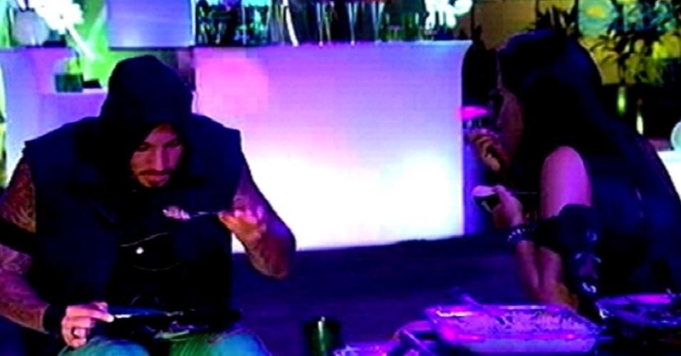 """20.fev.2015 - Fernando e Talita provam as comidas da festa Blackout desta sexta-feira (20), no """"BBB15"""""""