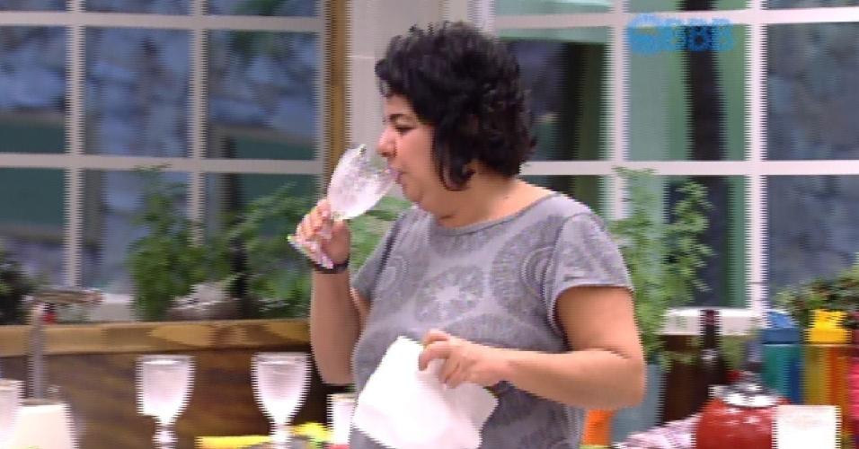 20.fev.2015 - Mariza acorda para beber água