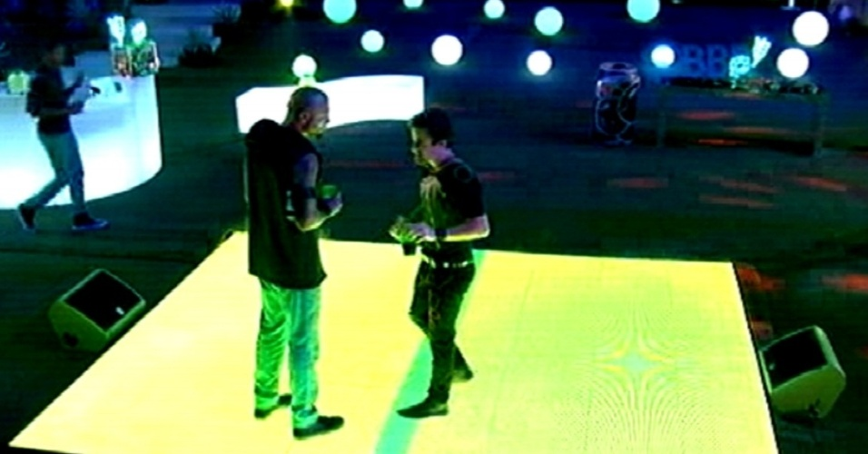 20.fev.2015 - Na pista de dança, Fernando e Rafael comentam a decoração da festa Blackout desta noite.