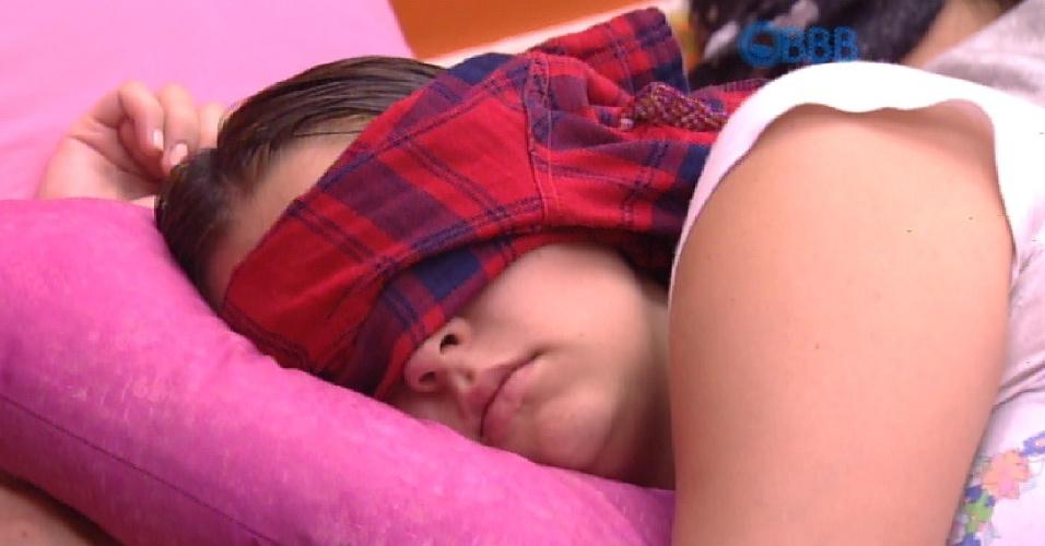 20.fev.2015 - Tamires volta a deitar após tomar banho