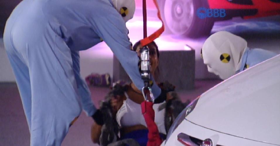 Amanda é ajudada por integrantes da produção após desistir da prova de liderança
