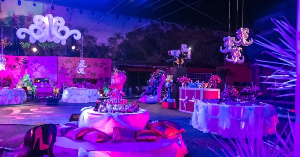 """24.jan.2014 - Decoração da primeira festa do """"BBB15"""" tem tema Baile de Debutantes"""