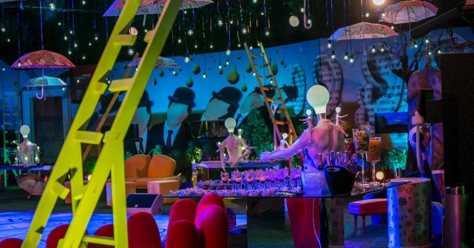 """6.fev.2015 - Festa Surreal no """"BBB15"""" tem decoração de lâmpadas, guarda-chuvas e escadas"""